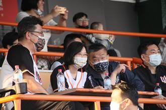 中華職棒開打球迷近爆滿 蔡英文觀球1局 場外有陳抗