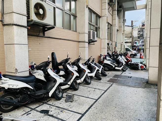 台北市政府警察局文山第一分局13日發生民眾駕車衝入警局停車場,現場掉落車殼以及車燈碎片,一片狼藉。(民眾提供/蘇育宣翻攝)