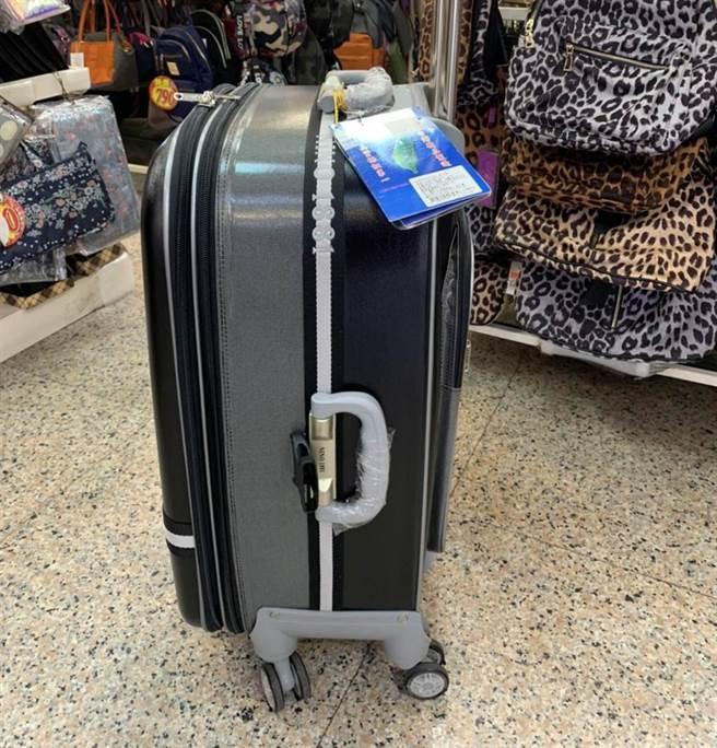 台中一名洗碗工殺害學霸妻子裝箱所使用的同款行李箱。(圖/中時資料照)