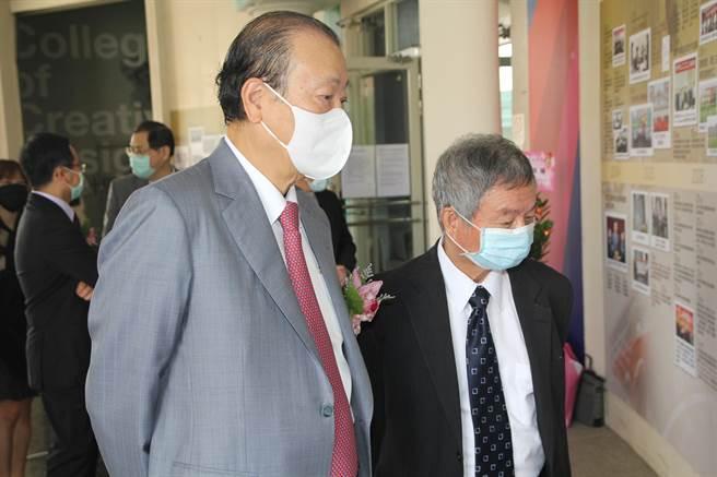 亞洲大學歡慶創校20周年,創辦人蔡長海(左起)及前衛生署長、亞大榮譽講座教授楊志良觀看學校歷史照片,回憶20年來的點滴。(亞大提供/林欣儀台中傳真)