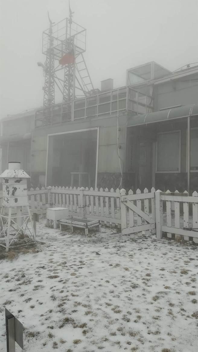 玉山再飄三月雪。(玉山氣象站謝新添提供/廖志晃南投傳真)