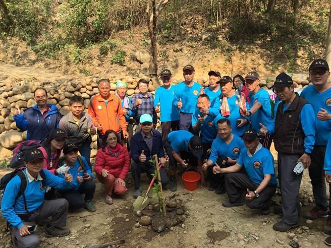 新竹林區管理處祕書吳學平種下第1棵樹。(新竹林區管理處提供)