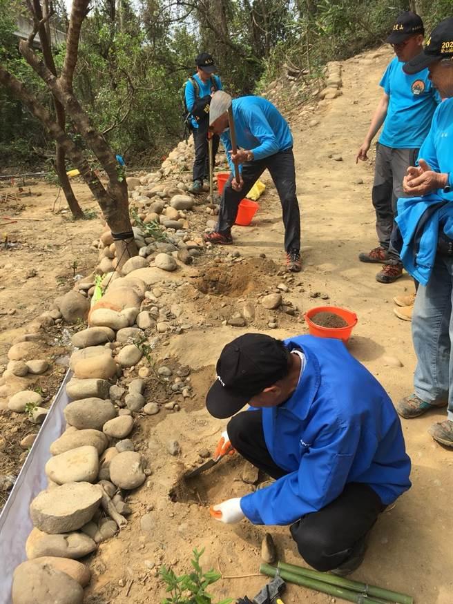 林務局人員與登山協會成員,協力挖掘土穴並混入肥沃的客土。(新竹林區管理處提供)