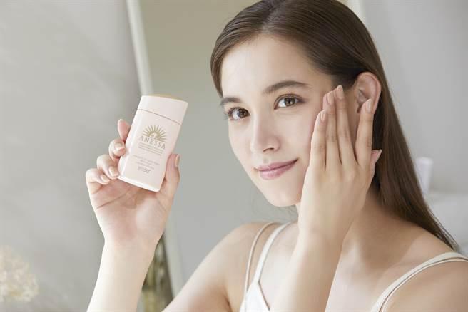 安耐曬2021年度代言人Trauden直美示範使用安耐曬柔光乳敏感肌特效防曬露。(圖/品牌提供)