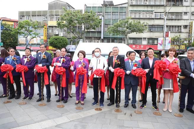 國際獅子會300-B1區今(13日)下午於新北市三重向日葵廣場舉行捐贈復康巴士暨AED活動。(葉書宏攝)