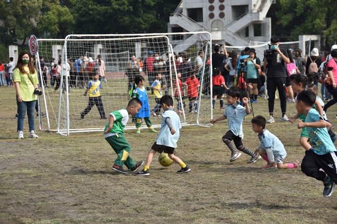 足球運動向下扎根,南投縣13日舉辦幼兒足球賽。(南投縣政府提供/廖志晃南投傳真)