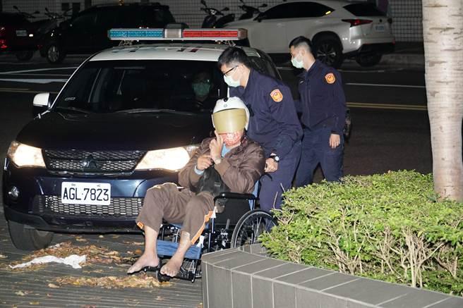 駕車衝撞台北市警文山一分局的洪姓男子,晚間被移送台北地檢署。(張孝義攝)