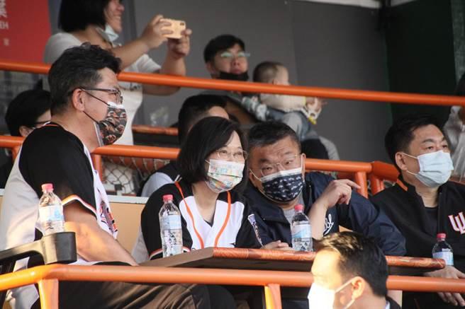 蔡英文總統(中)在看台上目不轉睛看著球賽。(程炳璋攝)