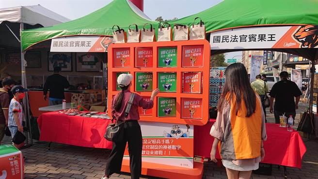 台南地院在棒球場前廣場設攤,宣傳台灣的國民法官將採參審制度。(程炳璋攝)