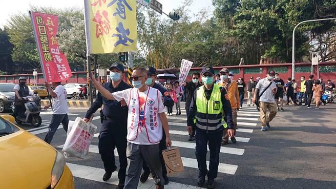 蔡英文出席職棒開幕戰,場外有陳抗團體揮舞旗幟訴求反萊豬與反台獨。(程炳璋攝)