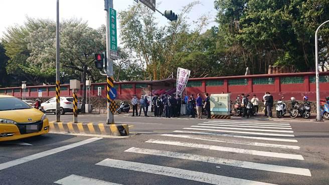 現場有台獨團體揮旗,警方約制以防與反台獨團體互相挑釁。(程炳璋攝)