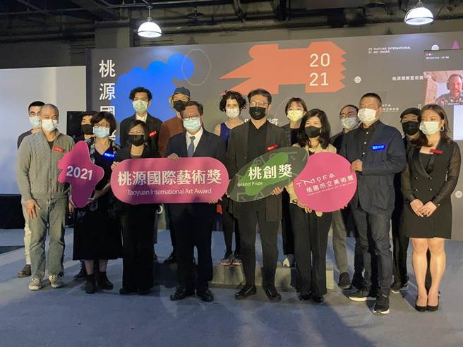 台灣3大當代藝術創作競賽之一的「2021桃源國際藝術獎」,13日由桃園市長鄭文燦揭曉。(蔡依珍攝)