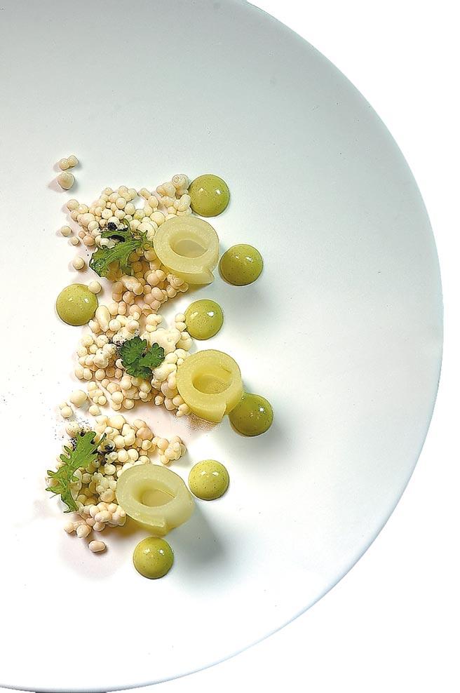 〈後院〉的菜式是由醃漬黃瓜、鮮蠔晶球及香草奶醬共構。圖/姚舜