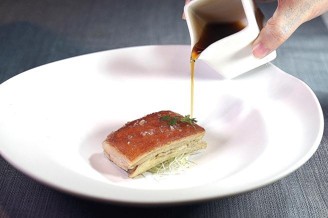 〈金磚乳豬〉先將乳豬以特製滷汁sous-vide後,去骨、塑形、將表皮煎酥,並以豬尾蔬菜高湯提味。圖/姚舜