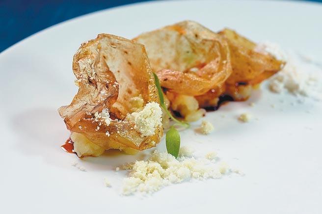 〈滾石〉是以極薄脆的酥炸馬鈴薯皮,並以薯泥、高麗菜泥襯底,再搭配橄欖油和葵花油作的粉末。圖/姚舜