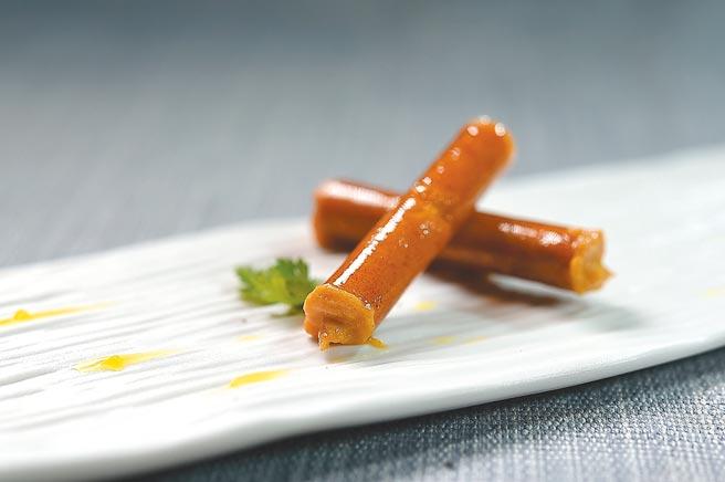 〈焦糖臘腸捲〉是將西班牙巴斯克著名的txistorra臘腸打成慕斯,灌入「糖衣」作餡。圖/姚舜
