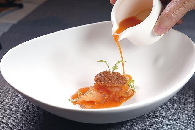 用醃漬鮭魚搭配胡蘿蔔醬汁與胡蘿蔔泥、杜松子油和香菜油提味的〈珊瑚〉。圖/姚舜