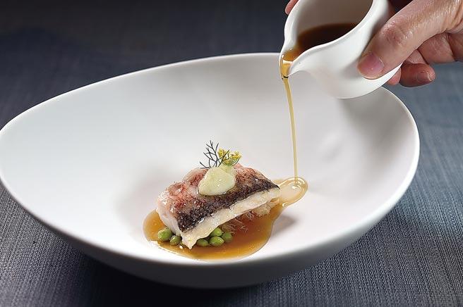 〈市場鮮魚〉是在低溫烹製的馬頭魚上,以用魚膠和蘋果醋製的白醬提味,底部襯煙燻油拌炒的白木耳和青豆仁,並沖入魚高湯賦味。圖/姚舜