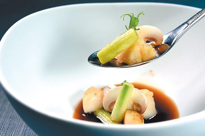 〈海竹〉是以用淡菜與烏賊熬煮的高湯及日本進口的甜蔥,為煎炙干貝與蘑菇提味。圖/姚舜