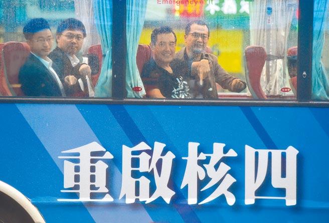 台灣缺水缺電再受矚目,馬英九前總統(右二)昨籲民進黨參考日本「以核養綠」經驗。圖為馬前總統(右二)2019年聲援重啟核四公投案。(本報資料照片)