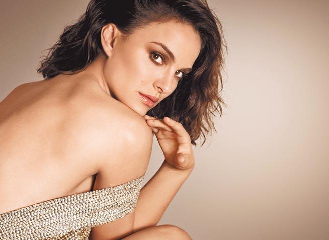 迪奧代言人娜塔莉波曼演繹迪奧超完美持久底妝系列,展現美麗肌膚質感。(迪奧提供)