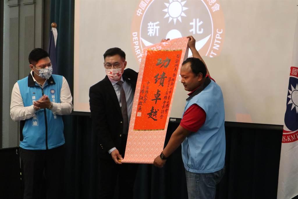 國民黨主席江啟臣(中)出席新北青工總會長交接儀式。(國民黨提供)