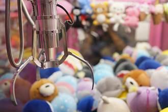海軍陸戰隊軍官率2兵 闖娃娃機店上身鑽機台狂撈寶