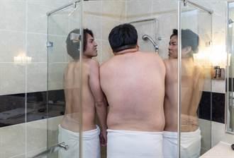 模仿曾莞婷裸背入浴照 《角頭》三虎擠淋浴間拍出BL味