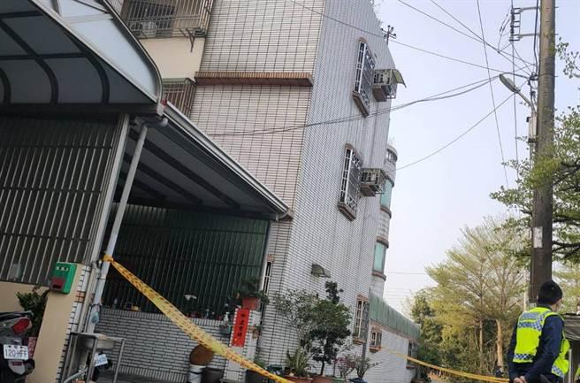 台南東山區發生女子墜樓事件,警方拉起封鎖線。(讀者提供/劉秀芬台南傳真)