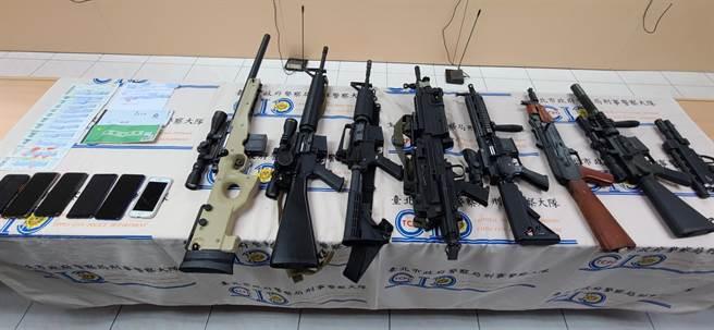 陳姓主嫌等8人平時攜帶氣動槍出門,並將槍枝放在後車廂內恐嚇欠錢的債務人。(圖/李文正攝影)