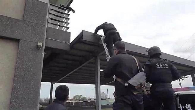 刑事局除暴特勤隊攻堅藏身在宜蘭民宿的詐騙機房。(翻攝畫面/胡欣男台北傳真)