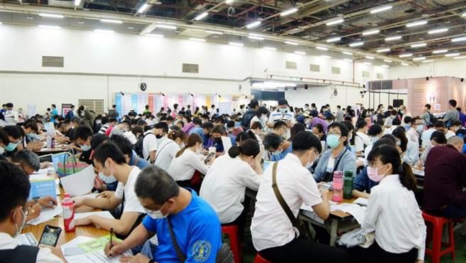 台中市勞工局3月16至26日舉辦「光電產業及精密機械產業」系列徵才,連續11日接力辦理11場次徵才活動,提供1500工作機會。(台中市府提供/盧金足台中傳真)