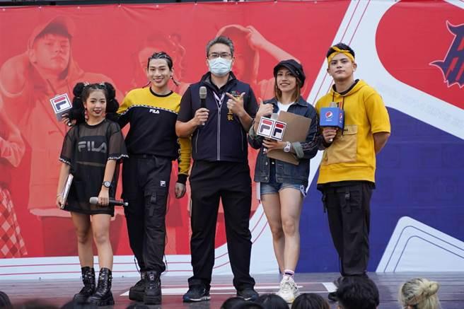 台中市運動局長李昱叡(中)代表市長盧秀燕出席為參賽者加油打氣,支持活力十足的街舞活動。(盧金足攝)