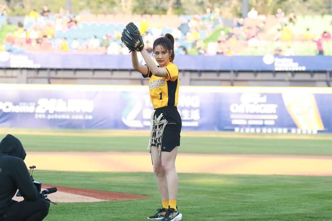中信兄弟邀请艺人安心亚开球,她穿上1号球衣盼打破「连亚魔咒」。(中信兄弟提供)