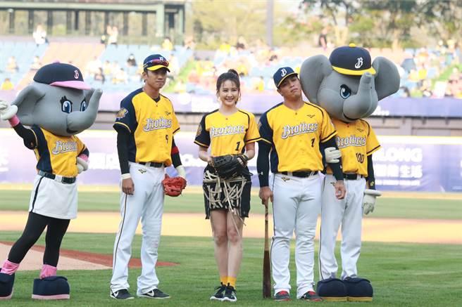 中信兄弟王威晨(左起)、艺人安心亚、陈子豪。(中信兄弟提供)
