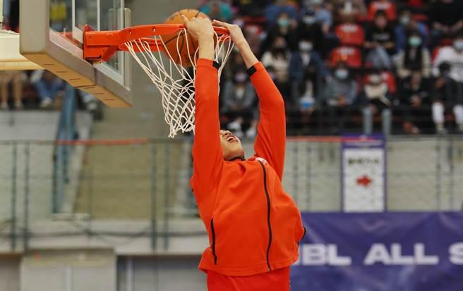 南山高中廖偉皓穿著外套完成灌籃大賽。(陳怡誠攝)