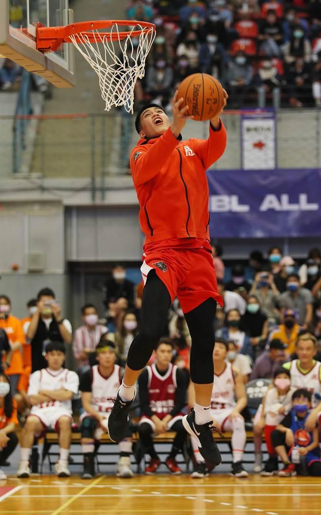 南山高中廖偉皓展現灌籃美技,贏得HBL明星賽灌籃大賽冠軍。(陳怡誠攝)