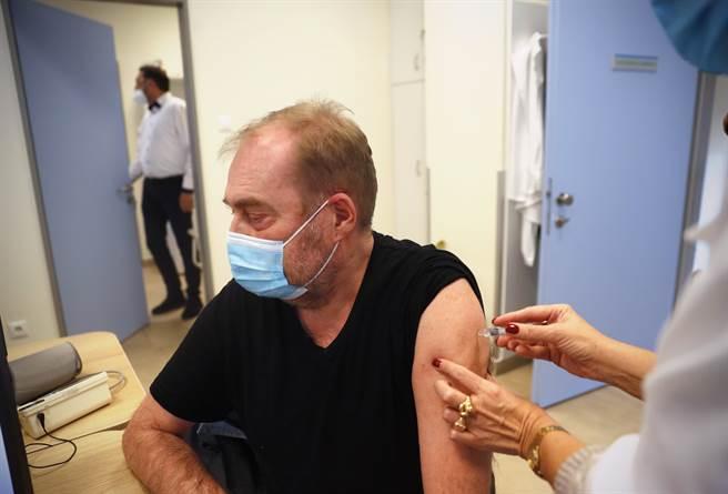 匈牙利民眾已開始接種中國大陸國藥集團生產的新冠疫苗,解決了該國疫苗嚴重短缺的窘境,也被認為是中國疫苗進軍歐洲的重要勝利。(圖/美聯社)