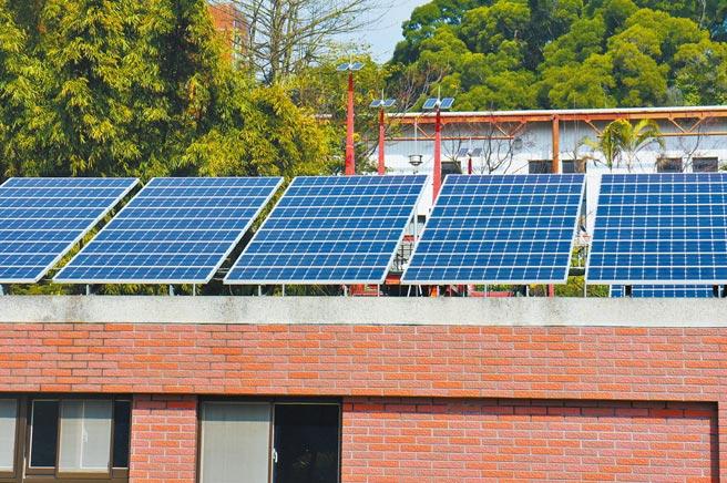 「公民電廠」是一種新的商業模式,讓再生能源發電變成全民運動,一般社區能在屋頂裝設太陽能板,透過售電改善生活。圖/本報資料照片