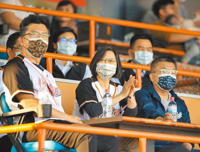 中职32年开幕战昨日在台南球场开打,蔡英文(前中)总统亲临观战。(中央社)