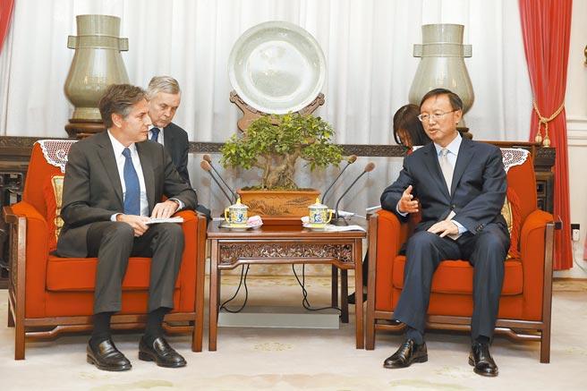 大陸學者解析,楊潔篪訪美,將是美中關係的機會之窗。圖為2015年時任中國國務委員楊潔篪在北京會見美國常務副國務卿布林肯。(中新社)