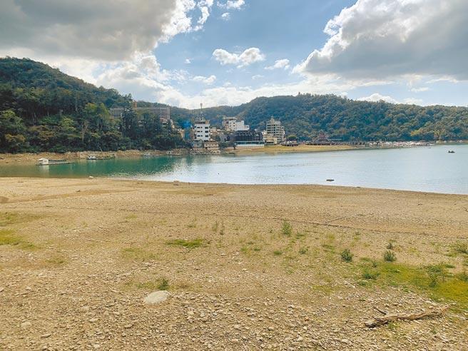 經濟部水利署昨表示,先前已提報「長久水資源建設行動計畫」,預計在10年後,也就是2031年時,比現在多增加10億噸儲備水量。圖為日月潭伊達邵碼頭出現旱田景觀。(廖志晃攝)