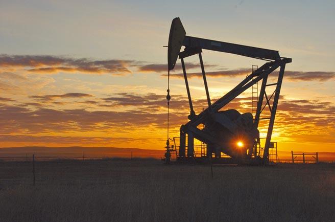 基金經理人警示,目前全球正處於原油供給不足的狀態,若景氣復甦超過預期,油價上漲會更快速,「通膨預期的時代來臨了」。(美聯社)