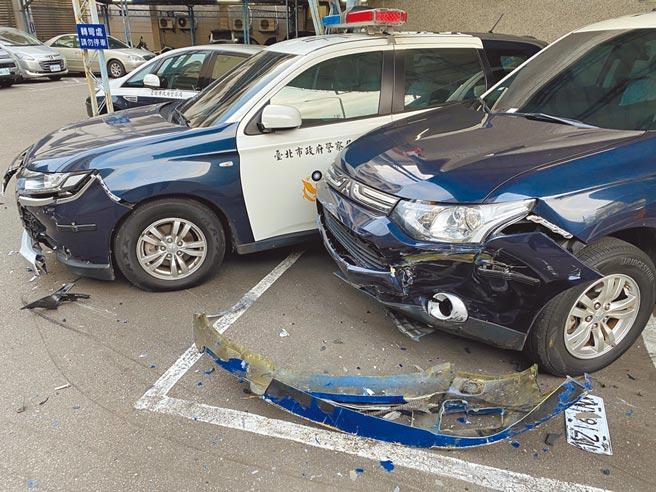 分局停車場2部警用汽車也遭撞。(警方提供)