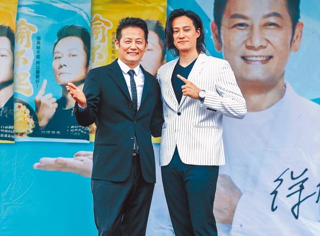 徐乃麟(左)昨辦拌麵上市記者會,兒子徐新洋站台。(粘耿豪攝)