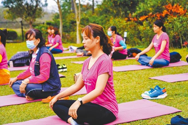 富宇建設在國際婦女節前夕,分別在新竹、台中舉辦「女力限定」-森林瑜珈。圖/黃繡鳳