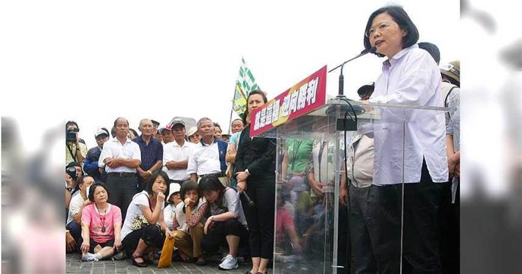 2010年蔡英文以民進黨主席的身分投入台北縣升格後的首場大選,雖敗下陣來,但帶動全台民進黨選情。(圖/報系資料照)