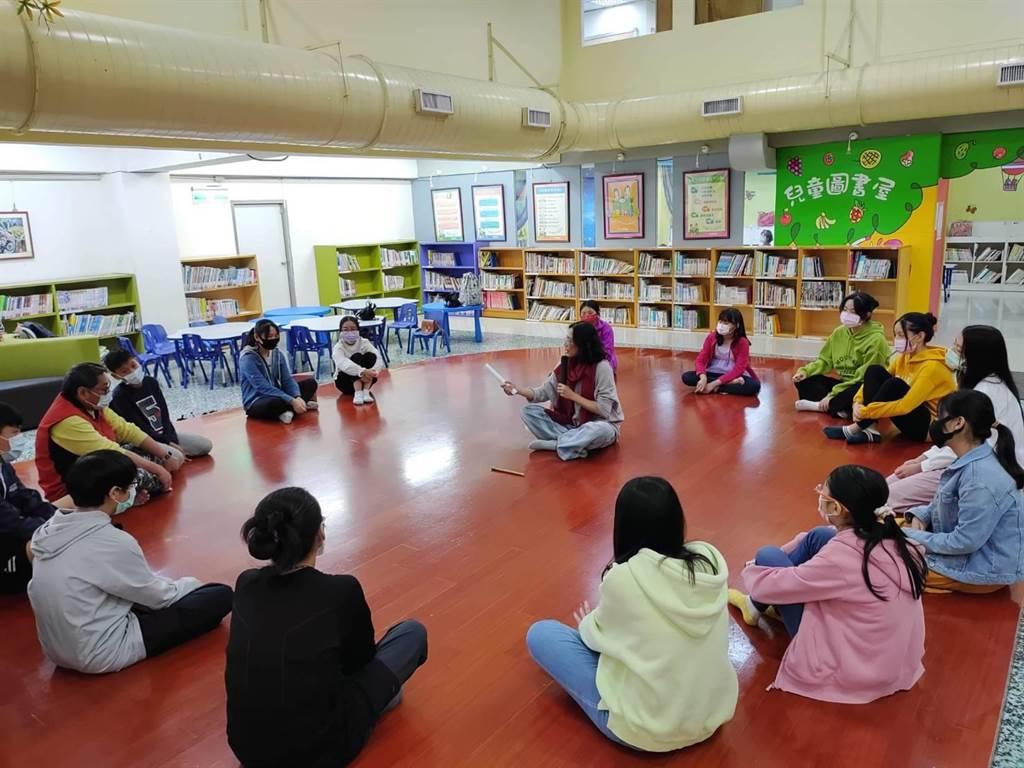作家洪瓊君擔任講座,以新書《影子要跳舞》中第2個故事作為活動內容,於館內舉辦「身體閱讀」。(翻攝照片/陳彩玲基隆傳真)