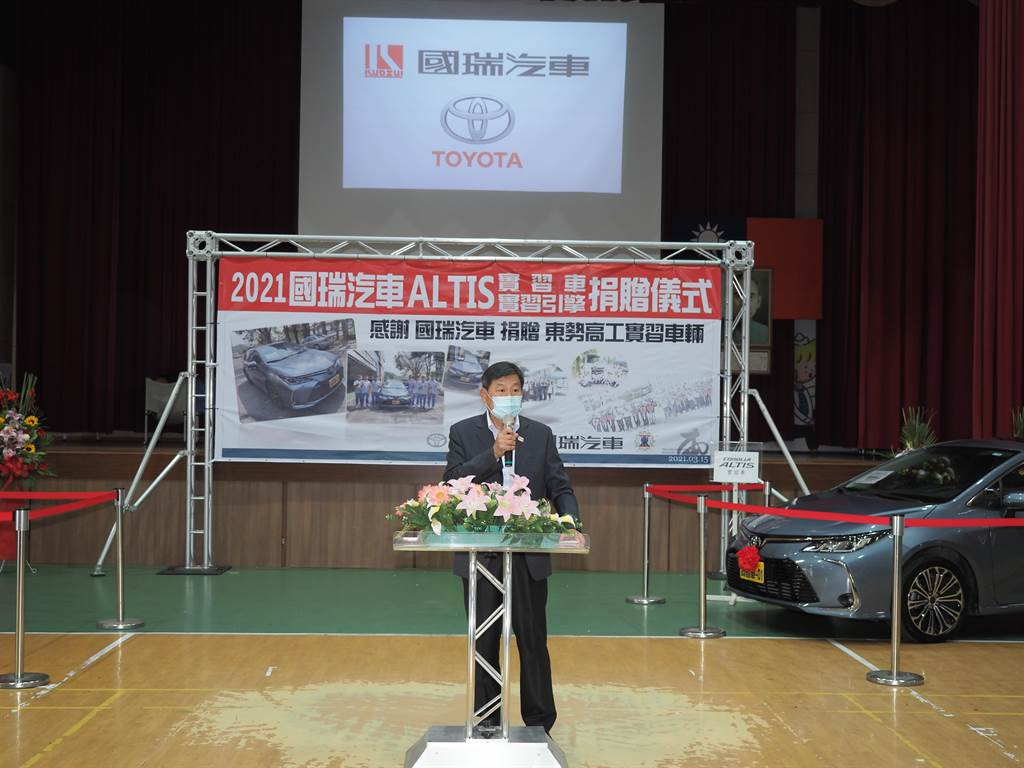 東勢高工校長周文松感謝國瑞汽車捐贈學校汽車及引擎。(東勢高工提供/陳淑娥台中傳真)