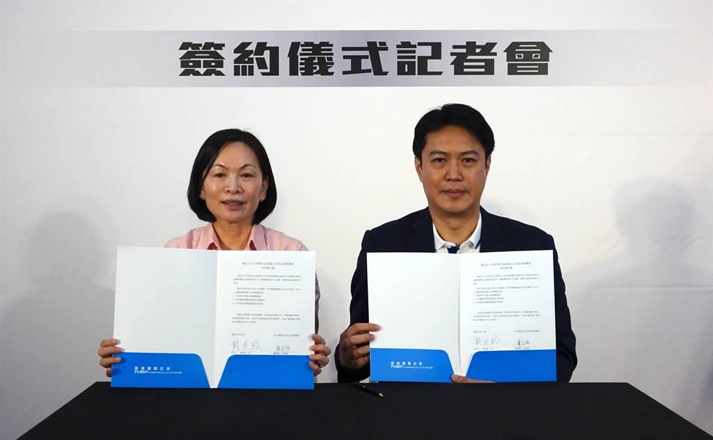 北市大校長戴遐齡(左)與展逸國際企業董事長張憲銘簽下合作備忘錄。(毛琬婷攝)